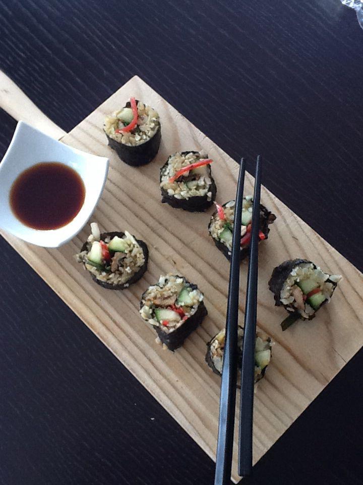 *Sushi van geroosterde kip en groentjes met gepekelde gember en bloemkoolrijst **45 cal voor 8 stuks** Neem een paar bloemkoolroosjes ,cutter ze tot bloemkoolrijst ,laat 4 min blancheren en knijp overtollig water eruit. Laat afkoelen. Besprenkel nadien met wat sushiazijn. Neem norivel, vul voor de helft met bloemkoolrijst, voeg komkommer, zalmreepjes,wasabi toe en rol op. Kleef het einde toe met wat water. Zelf maak ik ze graag met dun gesneden, gemarineerde (in 1 el soyasaus met1 el…