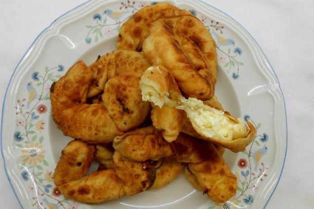 Ένα από τα καθιερωμένα μου μαγειρικά κόλπα: όποτε ζυμώνω, με την ίδια ζύμη, να ετοιμάζω πίτα ανοιχτή με κασέρι και ντομάτα αλλά και αφράτα τυροπιτάκια στο τηγάνι. Αμφότερα μπορούν να γίνουν πρωινό κολατσιό ή νόστιμο φίλεμα για μπύρα.