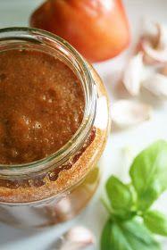 Pyszny sos przygotowany z pomidorów i cukinii, który sprawdzi się nie tylko przy pieczeniu pizzy, ale może być też bazą zupy, sosem do makar...