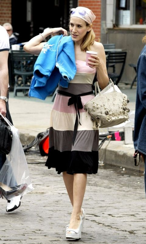 Carrie Bradshaw Wearing A Waist-Clinching Dress And Headscarf, Season 6