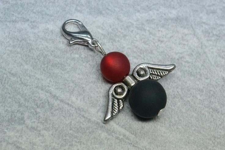 Dieser einzigartige (Ketten-)Anhänger ist ein ägyptisches Engelchen aus schwarzen und dunklen roten Polarisperlen.    Bei diesem selbstgemachten / handgemachten Perlenschmuck, wurde je eine schwarze und dunkel rote Polarisperle und ein ägyptischer Flügel verarbeitet. Man kann den Engel sowohl als Wechselschmuck an Halsketten, als Anhänger (zB. an Taschen), wie auch als Charm für Armbänder nutzen. --- Shop: www.schmuck-mg.com