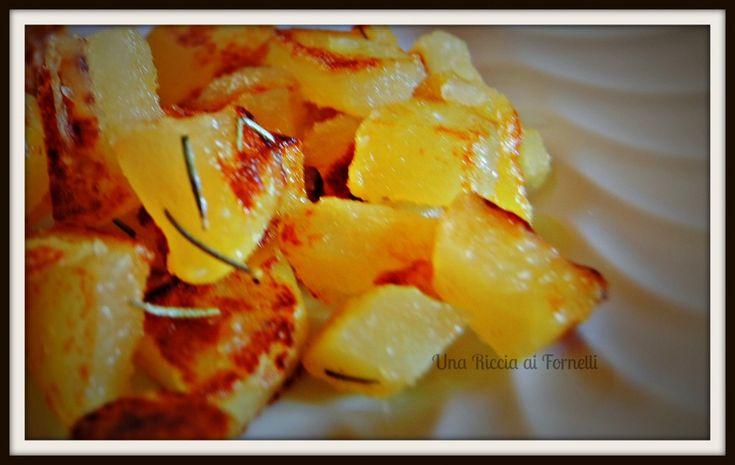 Le patate saltate sono un ottimo contorno: la ricetta si prepara lessando le patate che vengono rese croccanti dal passaggio in padella con olio e rosmarino