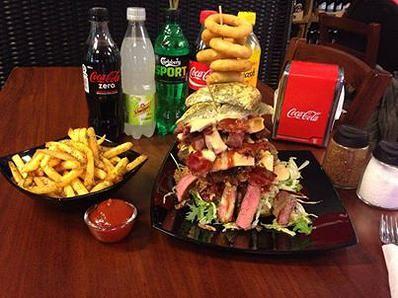 hos-tetzlaff i Løgstør | MAN VS FOOD burger - 249 kr. eller gratis hvis du kan spise den indenfor en halv time Tetzlaff, Østerbrogade 22 A, 9670 Løgstør
