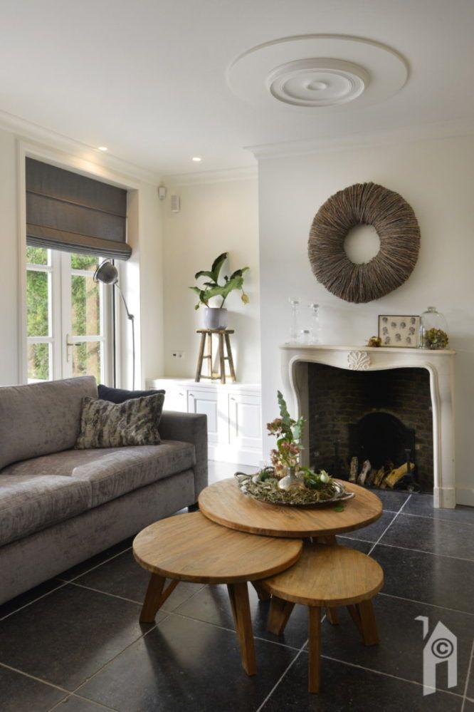 Klassieke woonkamer met open haard en grijze bank #klassiek ...
