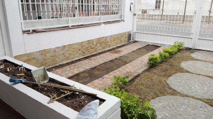 Garaje y jardinera de la sala exterior lista para tus plantitas o arbustos