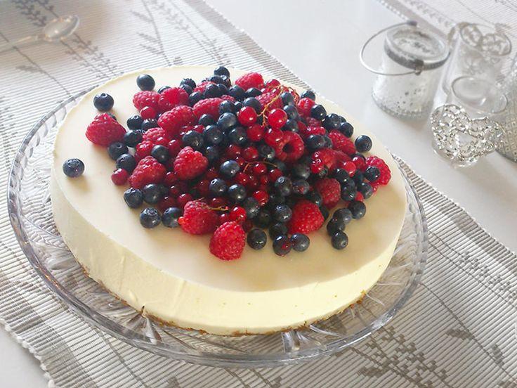 En frisk ostekake er alltid en vinner på kakebordet. Denne klassiske varianten har en sprø og søt kjeksbunn toppet med en herlig luftig og litt syrlig ostekrem.  Pynt gjerne kaken med friske bær.