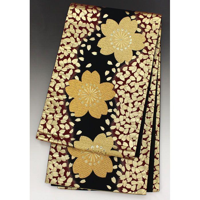 黒色の地に、茶色の縦に流れる模様に金色のたくさんの花びらが入っていて、中央には大きな金の桜が縦に続いて入った豪華な袋帯です。  <シチュエーション> 振袖などの豪華な置物とあわせてお召し頂けます。  <風合> 柄部分のざらつき感があり、わずかな厚みのある生地風合いです。  【楽天市場】袋帯 黒 金の大きな桜と桜の花びら柄【送料無料】 【中古】【仕立て上がりリサイクル帯・リサイクル着物・リサイクルきもの・アンティーク着物・中古着物】:ビスコンティ&きもの忠右衛門