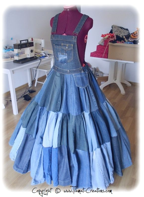 Recyclage de 38 jeans pour faire cette robe :) -- WOW! 38 pairs of jeans to make the dress! I just LOVE it. She also made a Papas an chair cover and a pillow. I couldn't get the page to translate, so I don't know if 38 pair is what it took just to make the dress, or to make everything. I sure LOVE that dress though. fran --