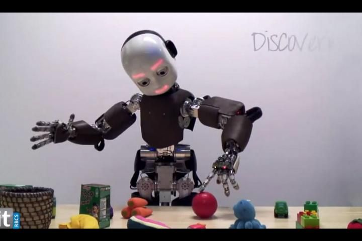 VIDEO: Een zelfstandige robot die spelenderwijs leert. Dit is geen toekomstmuziek meer. Hier zie je de robot iCub spelen.