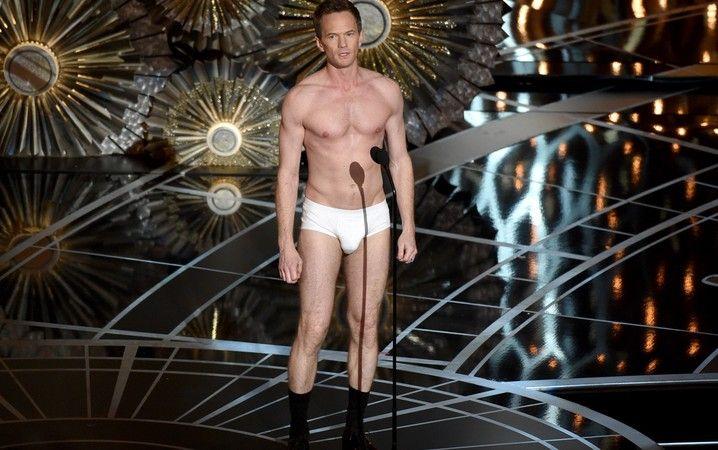 Neil Patrick Harris, o anfitrião da festa, aparece de cueca no palco do Oscar 2015