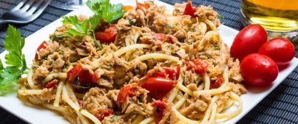 Spaghetti al tonno con pomodorini freschi e acciughe