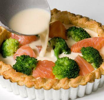 Techniques d'une bonne tarte salée : - La pâte (brisée ou feuilletée, ou superposition de feuilles de brick) - La garniture : légumes crus (tomate, roquette, épinard...) ou précuits (poireaux, brocolis, courgettes, cèpes, ratatouille, asperges,...) / poisson (saumon, thon en boîte, gambas,...) / viande (lardons, gésiers, restes de poulet,...) - Le liant : battre 3 oeufs et 20 cl de crème (pas obligatoire sur une tarte fine) - Le parfum : moutarde, herbes, épices