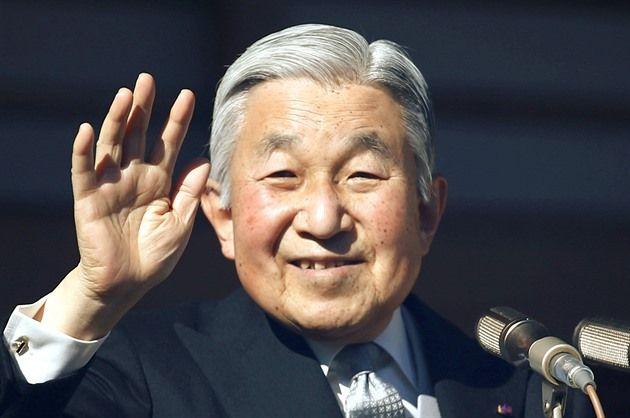 Japonský císař Akihito nemá v plánu odstoupit. Oznámila to agentura AFP s odvoláním na agenturu, která má na starosti císařské záležitosti. O rozhodnutí dvaaosmdesátiletého monarchy, které je v moderních dějinách Japonska bezprecedentní, informovala ve středu státní televize NHK. Odvolávala se na zdroje z paláce. Akihito chce údajně trůn předat svému synovi.