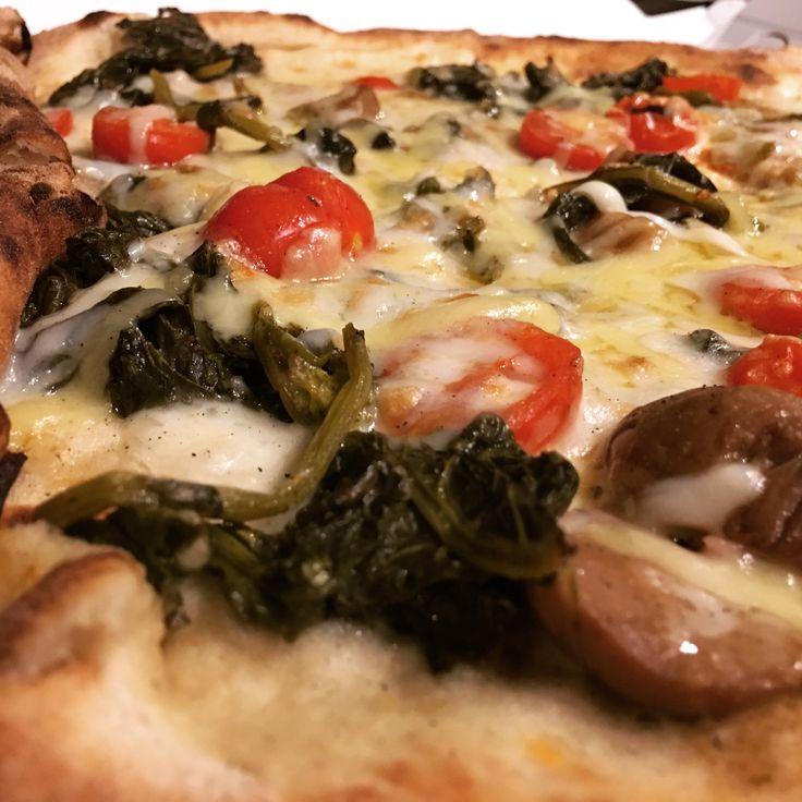 #Pizza con #friarielli, #pomodorini, #funghi #porcini e #mozzarella di #bufala #campana affumicata 😄 epicamente buona!! Seguiteci su www.ricettelastminute.com ed iscrivetevi per ricevere la nostra newsletter settimanale!! #ricette #ricetta #sera #cena #weekend #sabato #italy #sicilia #sicily #me #foodography #foodporn #italia #food #foods #foodie #picture #pictureoftheday #photography #photooftheday
