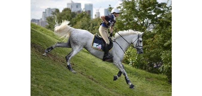 Vittoria Panizzon immortalata durante il percorso di cross delle Olimpiadi di Londra 2012. L'atleta azzurra di completo sarà la protagonista di uno stage organizzato da A DAY WITH A PRO. Cavalli Campioni è partner del progetto A day with a pro.