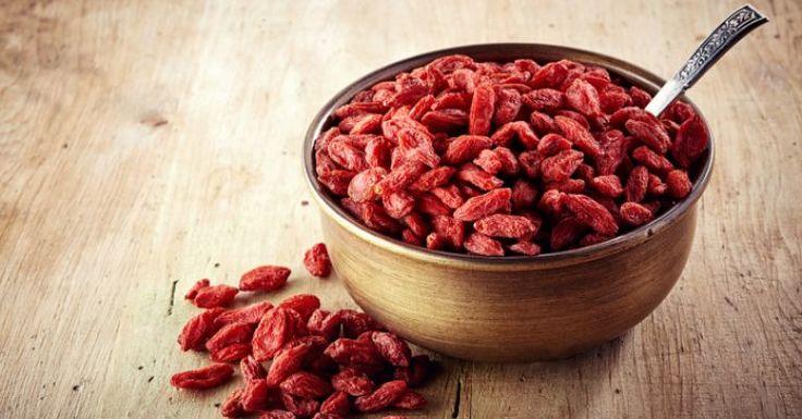 O goji berry é uma fruta originária das montanhas do Tibete, também presente em países como China e Mongólia. O frutinho vermelho tem potente ação antioxidante e alta concentração de vitamina C, que chega a ser 50 vezes maior que a da laranja. E o melhor de tudo: quase não engorda, já que possui pouquíssima