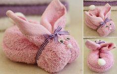 Rosa Handtuch als Kaninchen falten