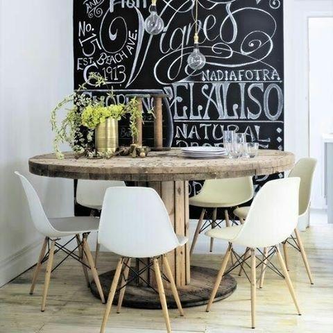 Pra começar bem a sexta-feira: sala de jantar charmosa e com mesa de carretel de…