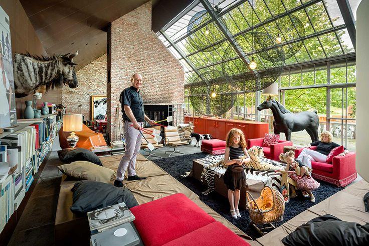 """Hans Lensvelt huis is een opmerkelijke gerenoveerde boerderij met de steun van architect Eline Strijkers. Een woon- annex conferentiehuis. Heldere rode fauteuils Boutique Diary van Marcel Wanders (Moooi) verlichten de selectie van de bruine tinten. Een interieur met strakke design en een vleugje humor. """"Dear Ingo"""" hanglamp van Ron Gilad (Moooi) ontvouwt zich boven de AVL Shaker tafel. AVL Shaker Chairs van Joep van Lieshout en fauteuils """"Smoke Chair"""" van Maarten Baas (Mooo..."""