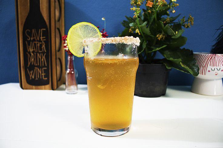 Receita de Michelada Ingredientes: 350 ml de cerveja mexicana Suco de 1 limão 6 gotas de pimenta tabasco 8 gotas de molho inglês 1 pitada de sal 1 pitada de pimenta chili Sal e pimenta para a borda Gelo