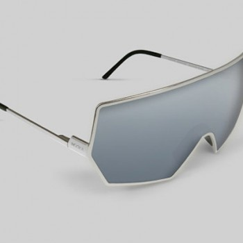 Nooka est fier de présenter leur ligne haut de gamme de lunettes de soleil, la Vénus Nooka, représentant une gamme de matériels luxueux et de très grandes finitions. Les cadres sont faits d'acier inoxydable poli, avec les pièces de nez et des gardes d'oreille en caoutchouc. Ils emploient un miroir d'argent qui couvre la lentille bleue, elle protège des UV et dévie la lumière. La forme géométrique et les matières aboutissent à un design qui incarne la technologie, le futurisme et le luxe…