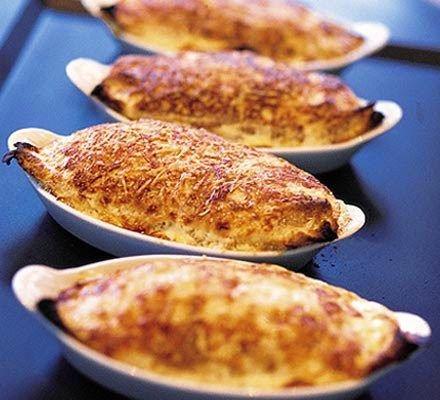Σουφλέ με κοτόπουλο, μανιτάρια μπέϊκον και τυριά, για εσάς την οικογένειά σας αλλά και στα τραπέζια σας και τις γιορτές σας για τους καλεσμένους σας.    Υλικά συνταγής  3 μπούτια κοτόπουλου