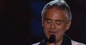 """Andrea Bocelli Canta """"Ámame Dulcemente"""" y le pone piel de gallina a todos"""