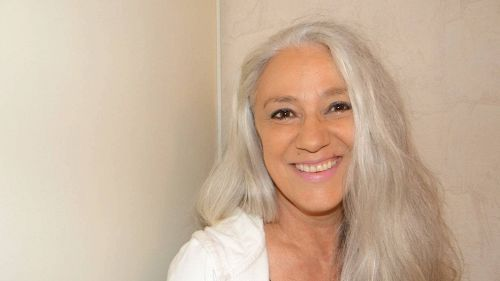 Capelli grigi, perché le donne non devono tingersi i capelli | superEva