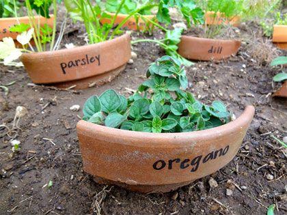 Gebroken potten  Een heel ander idee om de scherven te hergebruiken komt van Hardly Housewives. Zij gebruikten de stukken van hun potten als plantenlabels in de moestuin.