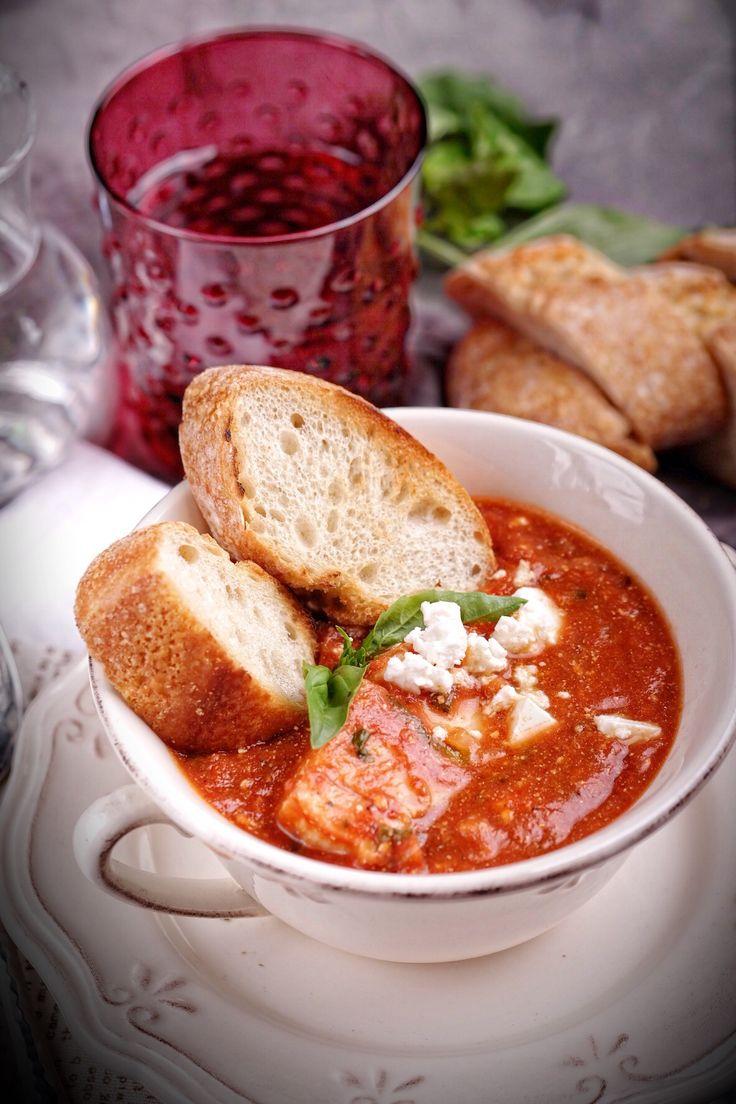Очень простое и при этом изысканное блюдо в итальянском стиле. Белая рыба, томатно-винный соус, много базилика, фета— и всего-то 40 минут на приготовление такого вкусного блюда! Очень совету…