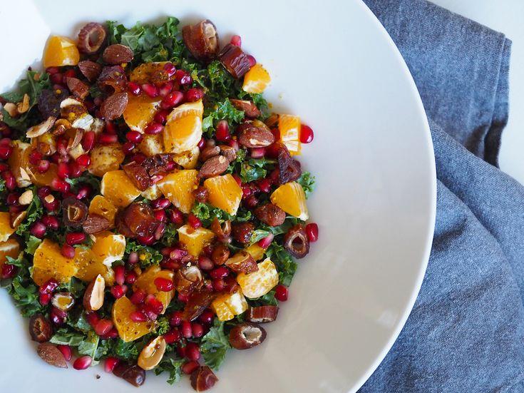 Grønkålssalat med ristede mandler, dadler, frugt og dressing - en ny yndlings salat!Knasende og lækker kålsalat som tilbehør til din frokost eller aftensmad