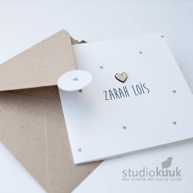 Strak geboortekaartje met grijze hartjes_houten hartje_gerecyclede envelop #www.studiokuuk.nl