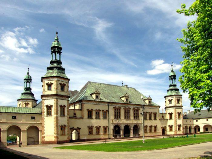 Pałac Biskupów Krakowskich w Kielcach powstał w latach 1637 - 1641  z inicjatywy i prywatnych funduszy kanclerza wielkiego koronnego i biskupa krakowskiego Jakuba Zadzika. Budowę prowadził Tomasz Poncino, a projekt został wykonany prawdopodobnie przez Giovanniego Trevano. Od 1971 r. mieści się w nim Muzeum Narodowe.