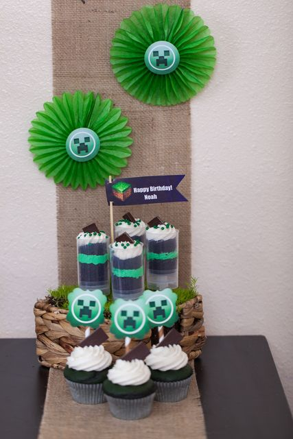 Okay so i like creepers but this gives me a good idea but without the creepers lol i think thats a dirt cake treat in the glasses? gonna try out those bad boys