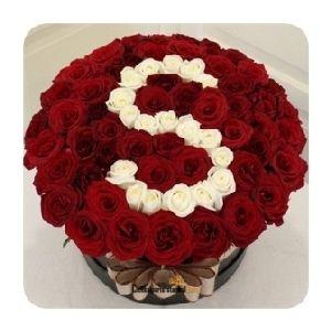 Seramik içinde ortalama 70 adet kırmızı ve beyaz güller ile hazırlanan güller ile harf aranjmanı.