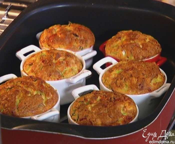 ОСНОВНЫЕ мука пшеничная 150 г полента (кукурузная крупа) 50 г фета 150 г сметана 150 г молодой кабачок 1 шт. сыр твердый 100 г яйца куриные 1 шт. перец чили красный 1 шт. лук зеленый 3 стебля молоко 150 мл масло оливковое 5 ст. л. сахарный песок 1 ст. л. разрыхлитель 10 г перец черный молотый 1 щепотка соль морская ¼ ч. л.