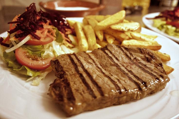 ORIGINAL ARGENTINISCHES STEAK VOM GRILL dazu frischer Beilagensalat mit leckerem Dressing und selbstgemachte Pommes (aus unserer Speisekarte)
