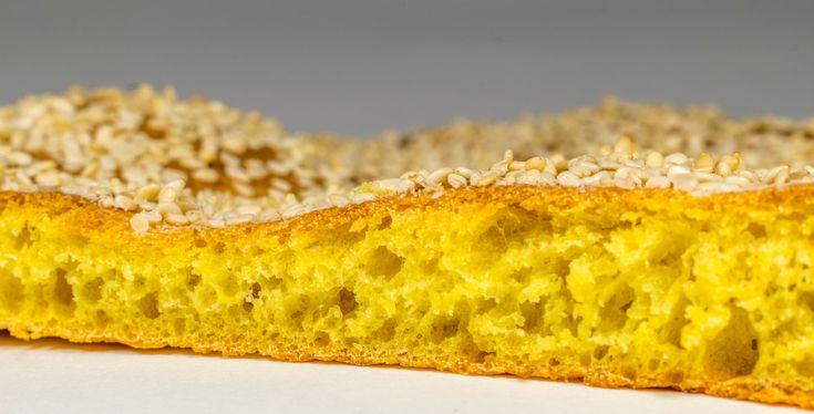 Καλαμποκάλευρο, σιμιγδάλευρο και κιτρινόριζα (κουρκουμάς) αποτελούν τα κύρια συστατικά μιας πολύ νόστιμης, εντυπωσιακής και κυρίως πολύ νόστιμης λαγάνας.