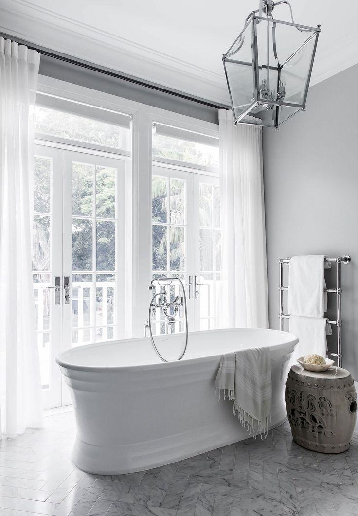 Luxuriöses Marmorbad aus einem Haus im Hampton-Stil in Sydneys …