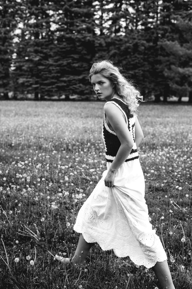 Photoshoot editorial with woman top model. Monochrome portrait of blonde woman running in field. Black and white photography women model on the grass. Model agency posing. Flawless mannequin top model. Beach girl. Professional photographer specializing fashion and portrait.  editorial photoshoot, model running field, natural beauty, blond model,   Model Julia @ Scoop Agency  Photographe Dariane Sanche #Blackandwhite #Fashion #editorial #photoshoot #seancephoto #naturalbeauty #fashion