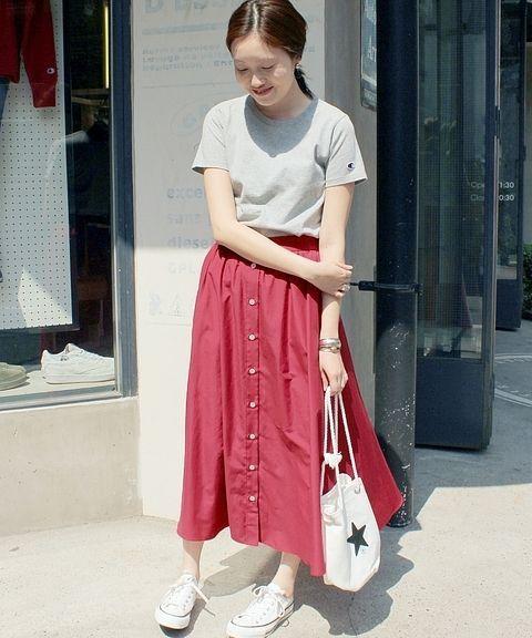 CHAMPION 別注 HVW クルーTシャツ 人気のクルーネックTシャツの別注モデルは、少し形を変えたSLOBEだけのスペシャルデザイン。 カラースカートで今年らしい雰囲気に。