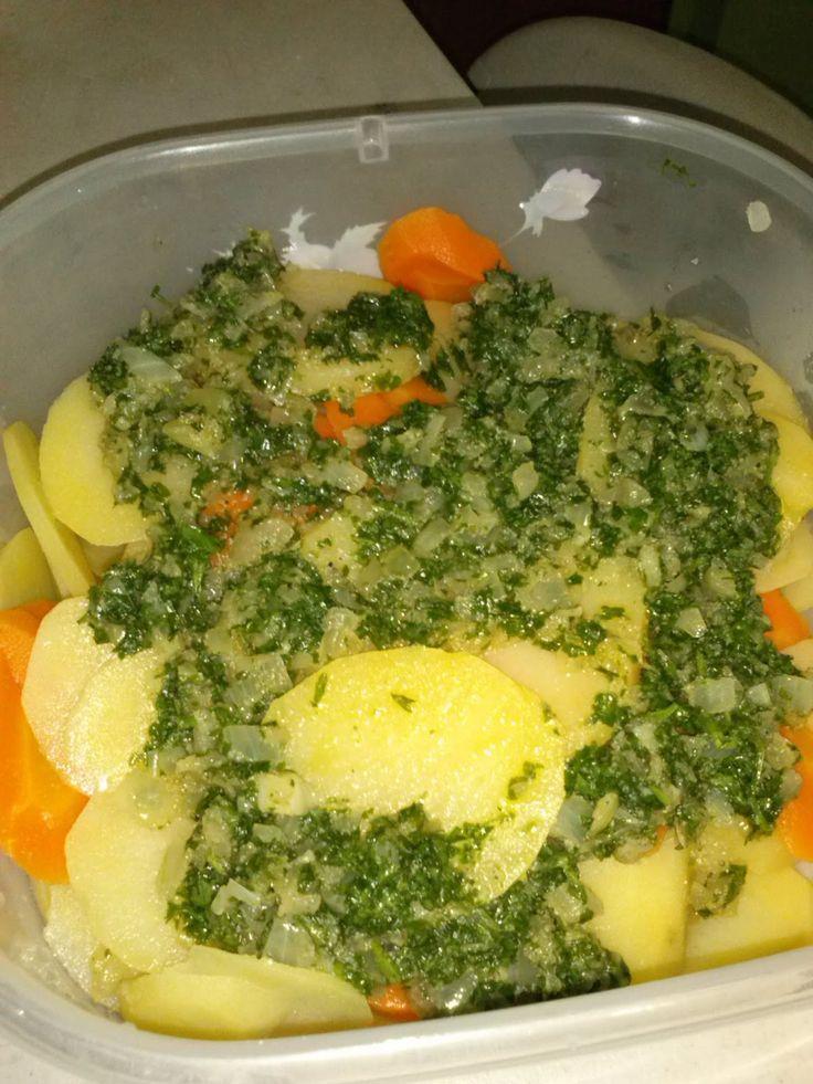 Este rico acompañante lo hice por antojo asi que los compartire con ustedes.   Ingredientes:      Papas y zanahorias cocidas   1 lb de papa...