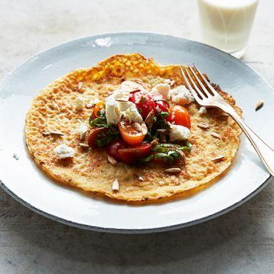 Kikärter kan man ha i det mesta och de gör sig extra bra i pannkakor. Pannkakorna blir mer mättande och får en saltare och matigare smak. Toppa med söta körsbärstomater, basilika och krämig fetaost.