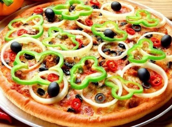 Pizza 100% vegetariana Ingredientes: • 12 cucharadas de harina de arroz • 6 cucharadas de leche de coco • 6 cucharadas de aceite de oliva • Una pizca de sal • Una pizca de azúcar morena • Aceitunas  • Pimientos verdes, rojos, naranjas y amarillos • Hongos • Cebolla • Salsa de tomate orgánica • Daiya (sustituto de queso Mozzarella)