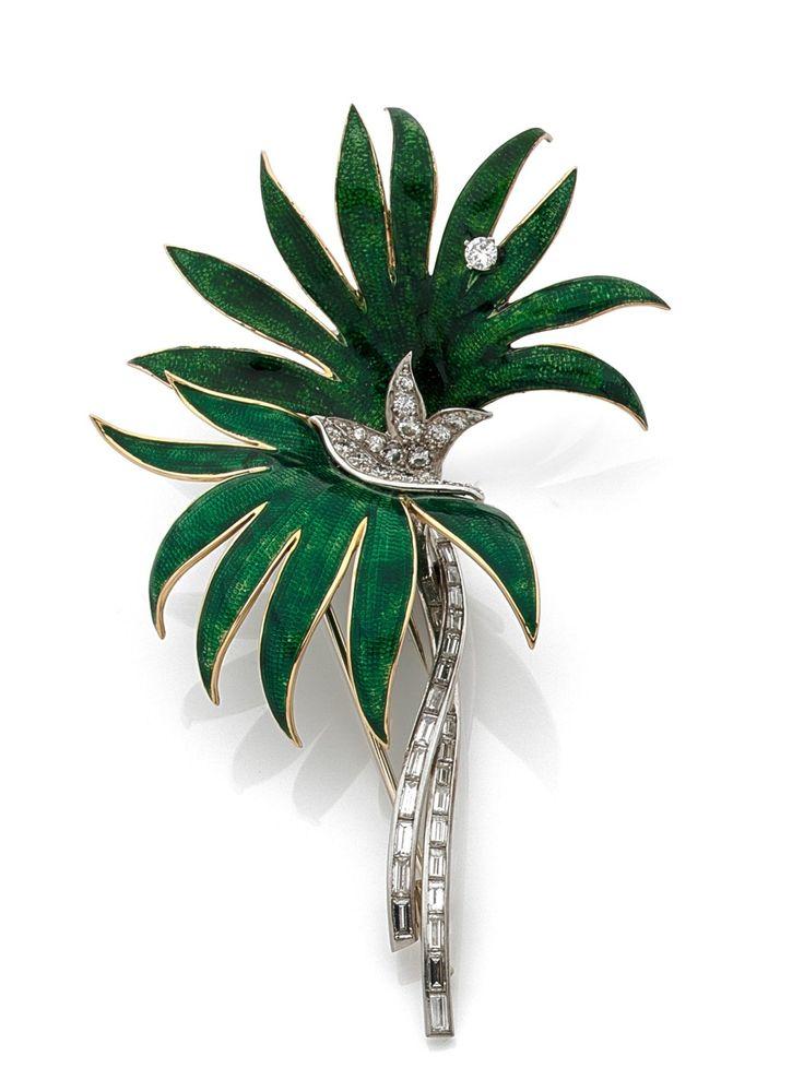 BOUCHERON CLIP DE CORSAGE en or jaune 18k (750) et platine (950), stylisé de deux palmiers émaillés vert, les troncs mouvementés sertis de diamants taillés en baguette et en brillant. Signé Boucheron Paris 16015 Haut.: 9.5 cm, Poids brut: 29.22 g Estimation 6.000/6.500€