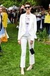 shopping inspirado en el estilo de calle de Anne Hathaway tras su corte de pelo: tuxedo blanco con bailarinas y camiseta