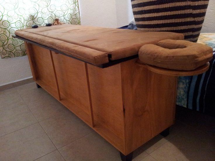 Camilla para masaje, se puede hacer mas angosta, tiene un compartimento para guardar la colchoneta.