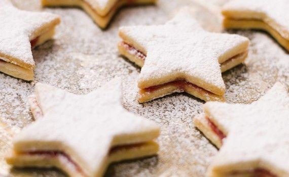 A Natale ogni forma (di biscotto) vale! Nei giorni di festa dentro alla scatola dei biscotti non possono proprio mancare quelli a forma di stella, da farcire con un abbondante strato della vostra marmellata preferita e ricoprire con una spolverata di zucchero a velo per renderli ancora più golosi. Ecco come prepararli senza troppa difficoltà. Preparazione Sul  … Continued