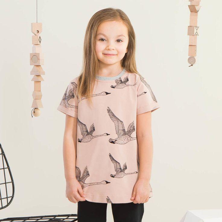 JOUTSEN T-paita, puuteriroosa - musta | NOSH verkkokauppa | Kevään lasten uutuusmallistossa leikitellään joutsenien, pesukarhujen ja raitojen iloisessa joukossa. Tilaa tuotteet NOSH edustajalta tai verkosta nosh.fi/lapset (This collection is available only in Finland but you can shop these wonderful fabrics online en.nosh.fi)