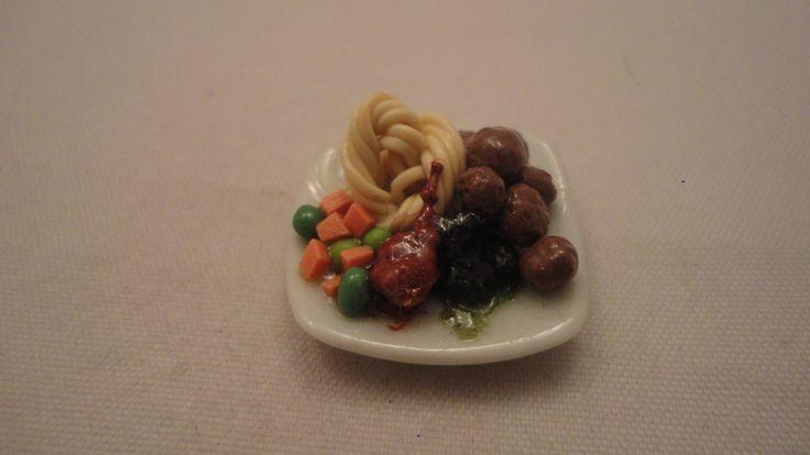 Köttbullar med spagetti/lingonsylt mm skala 1:12 Dockskåp